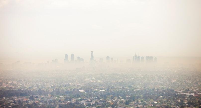 Duże miasto, smog unoszący się nad miastem KNOxOUT farby antysmogowe