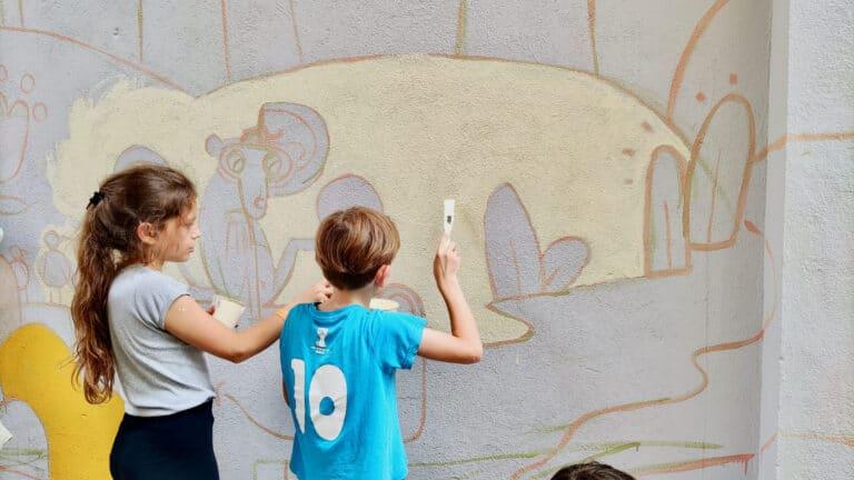 Dzieci malują mural farbami KNOxOUT we Wrocławiu w ramach BraveKids2021