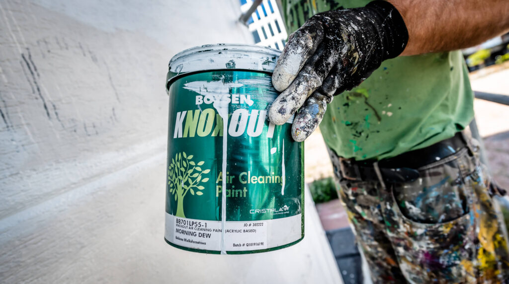 Malarz trzyma eko farbę KNOxOUT
